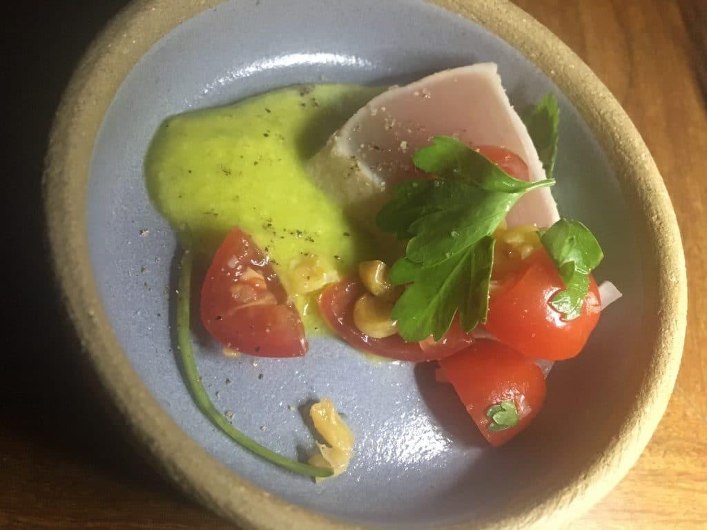 Atum selado, guacamole, saladinha de milho tostado e tomate.