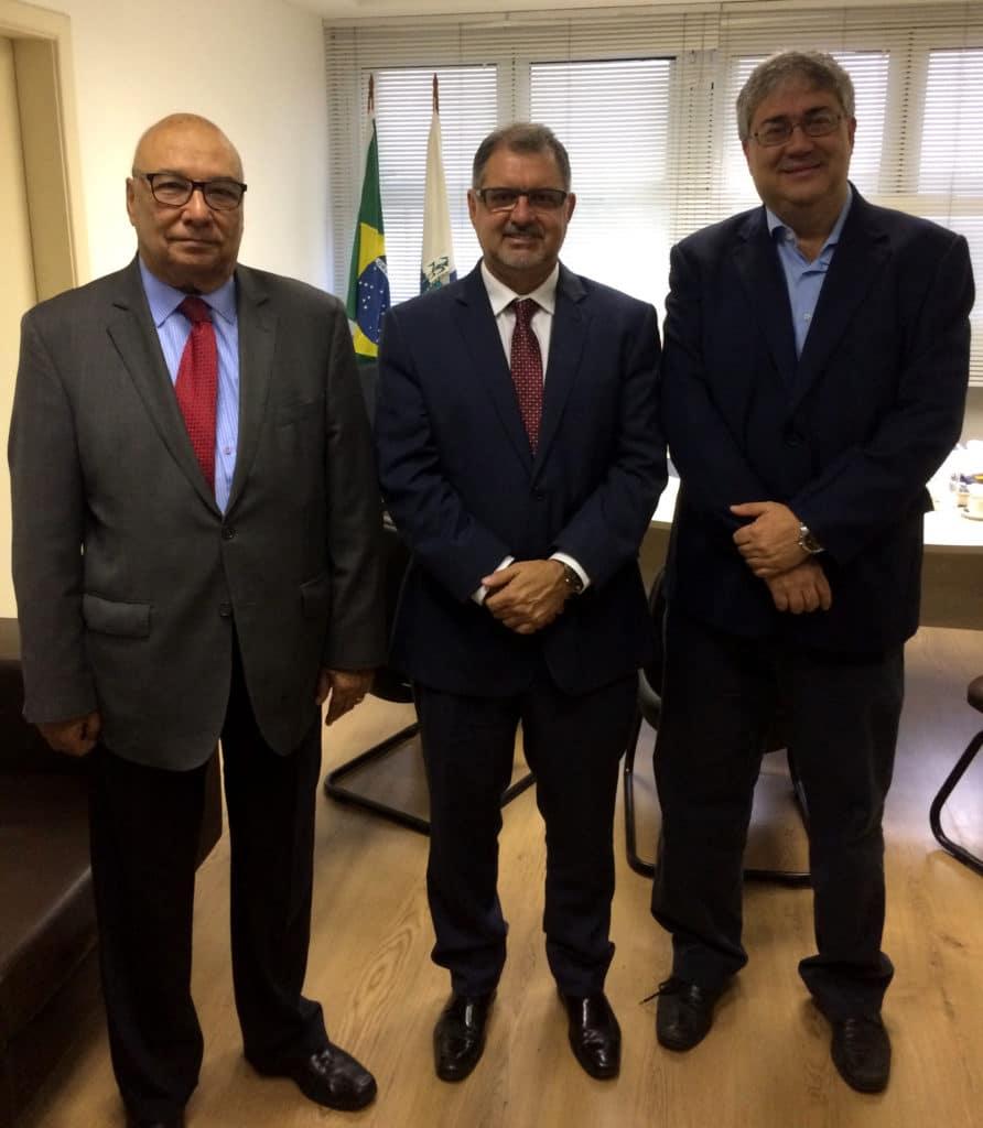 presidente do Procon Estadual (Procon-RJ), Cássio Coelho, e o vice-presidente da Associação Brasileira de Hotéis do Rio de Janeiro (ABIH-RJ), José Manuel Caamaño,