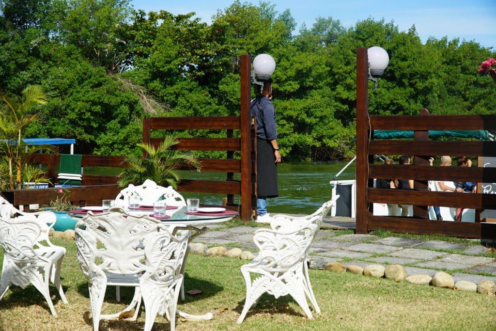 Barca aportando no restaurante – única forma de se chegar ao local
