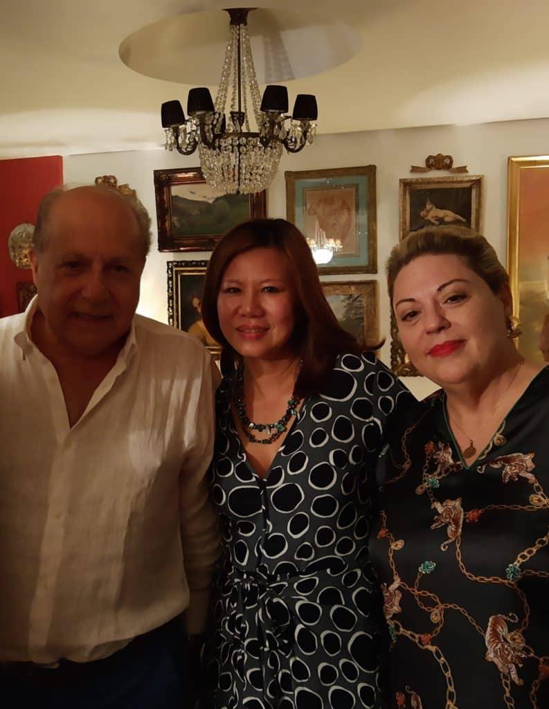 Os homenageados Massimo Tancredi com sua mulher Jeanni e a anfitriã Melânia Varola