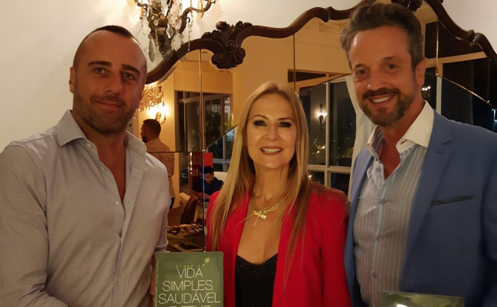 O cônsul - adjunto da França no Rio, Étienne Cardilès, a escritora Carla Lubisco e o anfitrião Alexis De Vaul