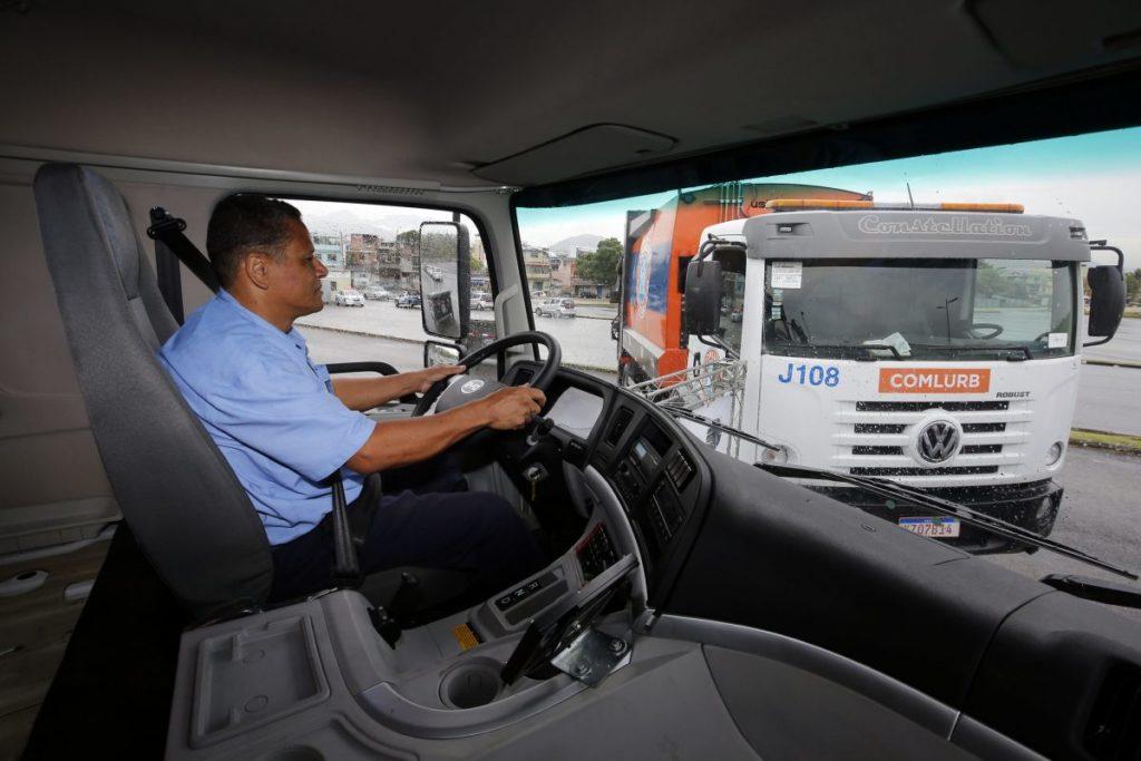 Para o motorista, cabine refrigerada e tudo automatizado, o que o faz manter as duas mãos no volante e aumenta a segurança no serviço de coleta de lixo. Foto: Marcos de Paula / Prefeitura do Rio