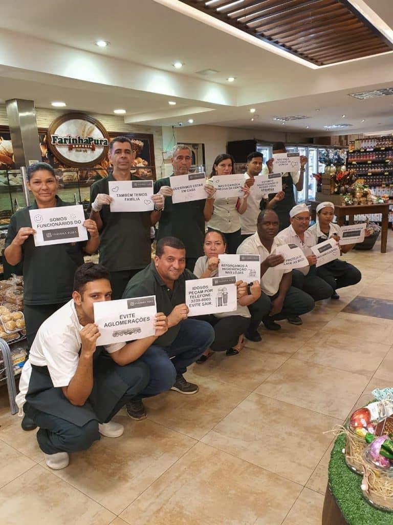 Funcionários do Farinha Pura, em campanha de conscientização, em época de novo coronavírus