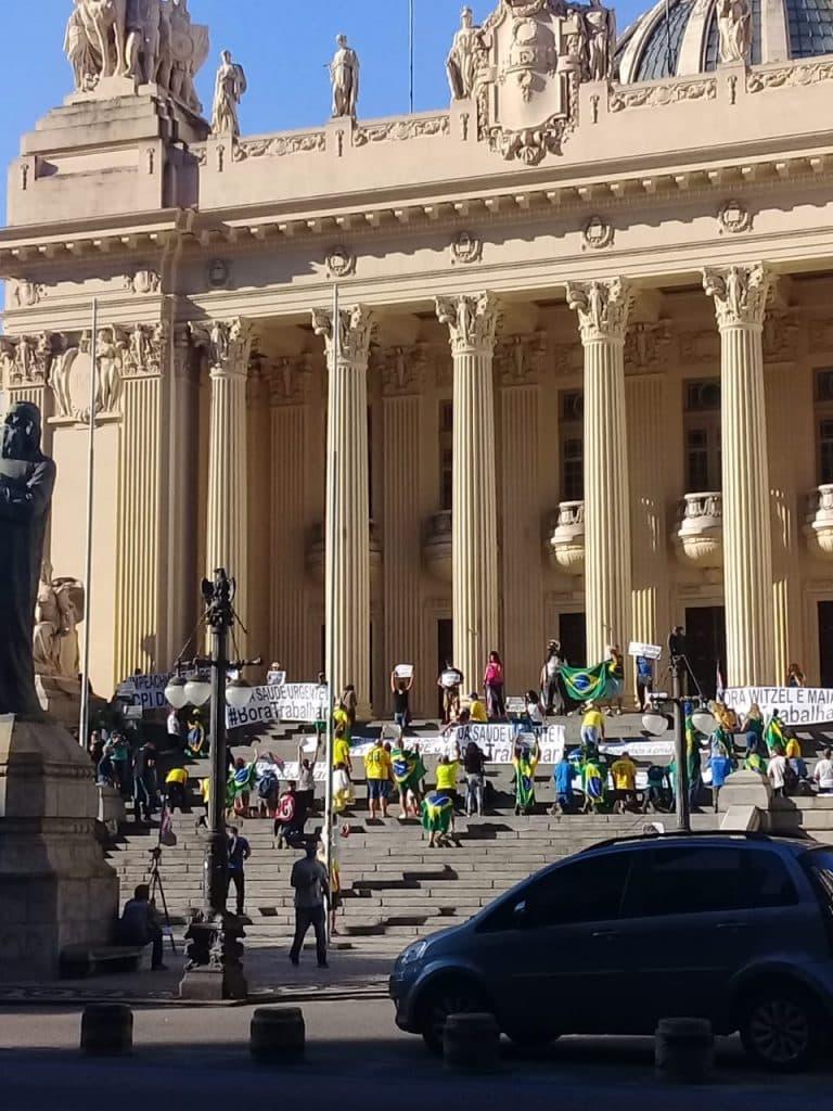 Manifestantes se reúnem na ALERJ apesar do isolamento social