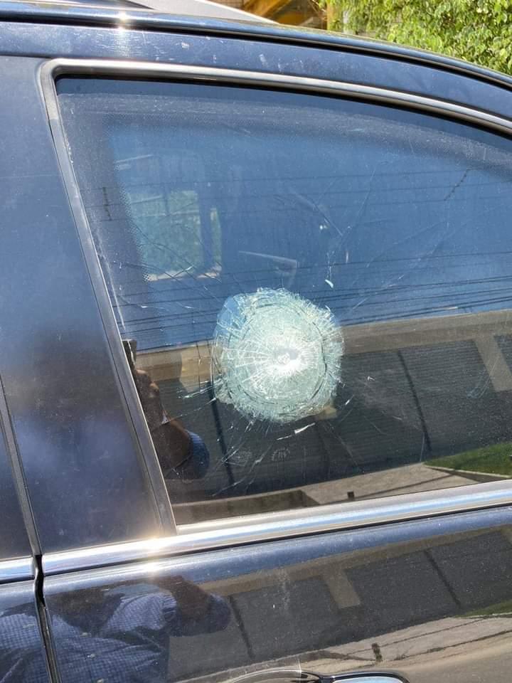 Carro em que parlamentar estava foi atingido pelos criminosos; ninguém se feriu